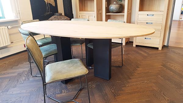 Ovale tafel zwarte poten