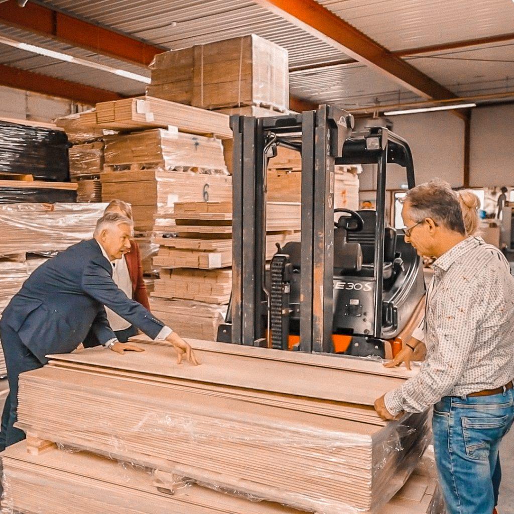 Uitzoeken houten vloer Fairwood magazijn