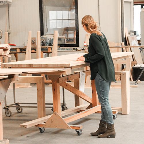 Werkplaats houten tafels